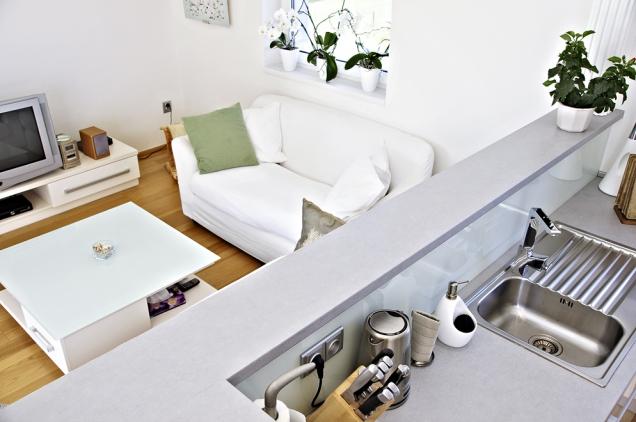 Společenská zóna domu slučuje obývací, jídelní akuchyňskou část.