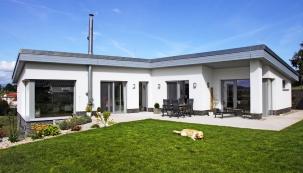 """Dům je půdorysně řešen jako otevřené písmeno """"L"""", které se otevírá dozahrady, aumožňuje tak nani vstup ze všech obytných místností kromě pracovny."""