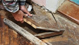 Poodstranění staré podlahové krytiny navás může čekat celá řada nevítaných překvapení. Záleží samozřejmě natom, zda jde opodlahu vpřízemí podsklepeného či nepodsklepeného domu, nebo je vpatře či vpodkroví...