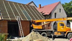 Staré domy jsou plné skrytých pastí, které se vám odhalí okamžitě, jakmile sáhnete do zdiva nebo krovů.