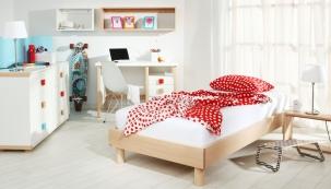 Sestavu nábytku Street lze doplnit barevnými úchytkami, cena komody 10 180 Kč, bukové postele od 5 320 Kč, psacího stolu 6 320 Kč, www.gazel.cz