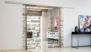 Posuvné sklenéné dveře Sapglass oživuje čiré  Digisklo sgrafickým motivem (SAPELI)