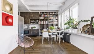 Jídelní stůl (170 x 80) cm je zhotovený namíru adoplněn židlemi Wiesner-Hager, které získaly ocenění Red Dot Design Award, aikonickými židlemi Ton č. 14, které smanželi prošly nejedním nájemním bytem.
