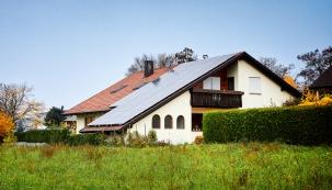 """Solární elektrárny se učeské veřejnosti nesetkávají soblibou. Bohužel se spolu snechvalně proslulými solárními parky """"svezly"""" imalé střešní elektrárny na rodinných domech. Zcela neprávem!"""