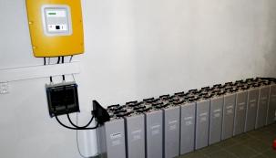 Bateriová stanice vsuterénu rodinného domu sloužící kuchování sluncem vyrobené elektřiny vrámci ostrovního systému fotovoltaické elektrárny.