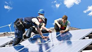 Panely musí být kvalitně připevněny na střechu nebo na fasádu. Zde se většinou používá kombinace kotvicích konstrukcí znerezu ahliníku, atyto systémy by měly mít statické certifikace.