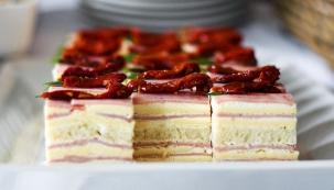Ve spolupráci s časopisem Rodinný dům jsme pro vás připravili jednoduchý recept na šunkové dortíky s česnekovým tvarohem.