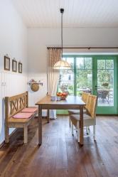 Lenčina keramika je kvidění vkaždé místnosti domu. Často ji obměňuje, protože ji při návštěvách rozdává svým třem sestrám, se kterými má krásný vztah. Stůl alavici vyrobil namíru kamarád truhlář.