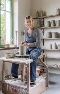 Lenka (40 let) vyrábí a navrhuje keramiku a porcelán, s láskou renovuje staré věci a dává jim nový život, je knihomol a má ráda všechno kolem zahrady, na jejím blogu hlozkova.blogspot.cz najdete mimo jiné i odkaz na obchůdek s její autorskou keramikou.