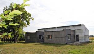 Pohled zjihozápadní strany. Společné obývací prostory obou částí dvojdomu mají plochou střechu ajsou orientovány doklidové části pozemku. Pro venkovní posezení bude sloužit chráněné atrium (rohová terasa)