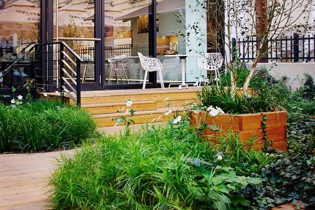 Chcete vytvořit na relativně malém prostoru zahradu plnou rostlin? Nahraďte trávník záhony.