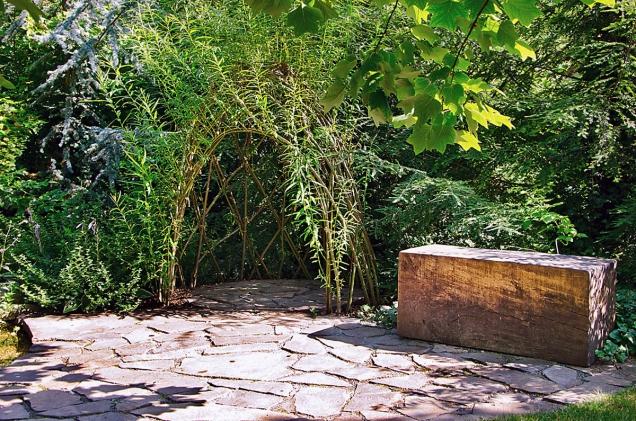 Zajímavým prvkem pro pozorování je zákoutí, tunel nebo stěna ze spleteného vrbového proutí.