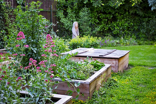 Vyvýšené záhony dají pěstování zajímavý tvar. Poslouží i pro kompost či pískoviště.