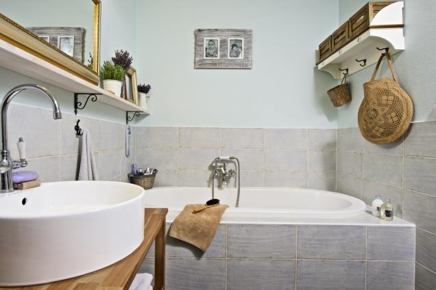 Koupelna je zařízena vpřírodních tónech adoplněna vtipnými detaily, třeba vpodobě zrcadla zarámovaného vestarém obrazovém rámu (2)