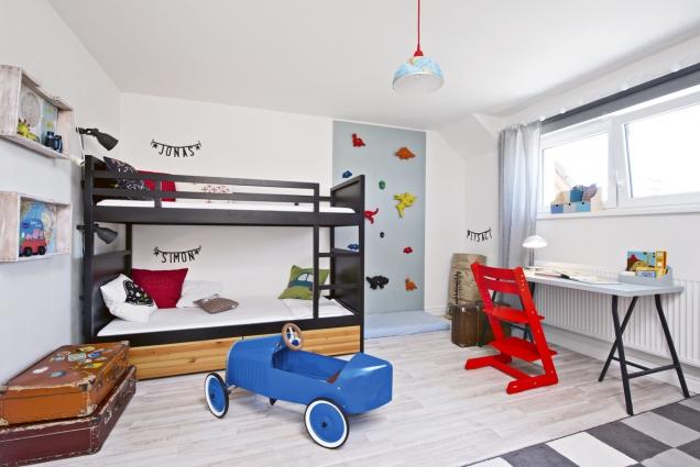 Patrová postel, kde jsou jasně označena spací místa kluků, lezecká stěna, kde se leze podinosaurech, apsací stůl, který využívá hlavně starší Jonáš, jsou základem dětského pokoje.