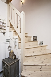 Schodiště zběleného dřeva vede kložnici, dětskému pokoji akoupelně.
