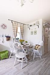 Starý kulatý stůl a židle koupila Lenka v bazaru. Jejich dnešní krása je zásluhou renovace, ke které se Lenka dlouho chystala, ale úsilí stálo za to.
