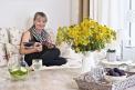 Než se Lenka (39 let) ajejí manžel Jozef (38 let) nastěhovali dosoučasného domova, měla Lenka jasnou představu, jak bude interiér vypadat. Dala se cestou střídmého romantického shabby chic stylu avytvořila prostor, vekterém se už více než dva roky rodině báječně bydlí. Zařizování se dnes Lenka věnuje profesionálně (www.lenkadubska.cz)