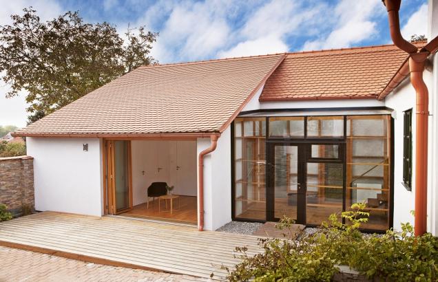 První část domu zůstala víceméně původní– střecha, okna, klenby. Druhá je současná – velká okna, hodně světla, moderní materiály.