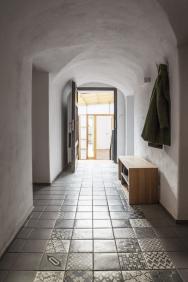 Vevstupní chodbě byla zachována původní valená klenba. Vpravo se nachází vstup dokuchyně, vlevo doobývacího pokoje.