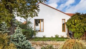 Úpravy vzhledu fasády byly navrženy tak, aby byl co nejvíc zachován původní charakter domu doulice, strana dozahrady má nový vzhled.