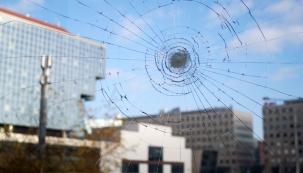 Folie na sklo jsou typický vedlejší produkt špičkového výzkumu, v tomto případě NASA. Polyesterové folie na sklo byly používány v raketoplánech. Časem bylo jejich použití uvolněno pro civilní použití. Dodnes jsou folie na okna jedinou možností, jak vylepšit svá okna či prosklené dveře. Pro bezpečnější skla, ochranu proti letnímu horku i zamezení nezvaným pohledům výrobci nabízejí desítky druhů, barev, odstínů i tlouštěk folií. (Zdroj: NEXT)