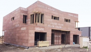 Ze staveb se postupem času vpodstatě staly důmyslné stavebnice. Většina výrobců nabízí pestrý sortiment dílčích komponentů. Týká se isystému ztracené bednění (Velox – Hoffmann)