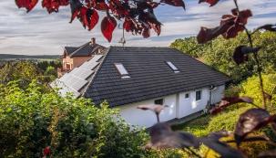 Dům pana Burkoviče se může pyšnit několika prvenstvími, například první střešní fotovoltaickou elektrárnou v Ostravě-Plesné nebo veřejnou nabíjecí elektrostanicí.