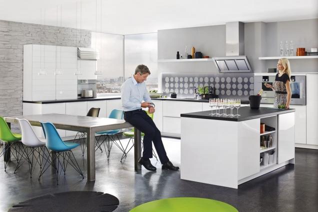 Nerez je vkuchyňském prostředí oblíbeným materiálem, jenž působí vkaždém typu interiéru elegantním dojmem, ať jde okuchyně moderní nebo klasické. Jeho nejsilnější stránkou je dlouhá trvanlivost. Údržba je však daleko náročnější než ujiných používaných materiálů.