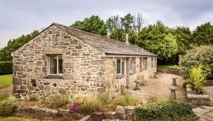 Klasická venkovská stodola vanglickém stylu se probudila knovému životu aproměnila se napohodlné anápadité ubytování pro hosty.