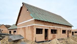 Moderní stavebnictví vpraxi využívá konstrukční dokonalosti  systému scihelnými bloky Porotherm T Profi, plněnými minerální vatou.