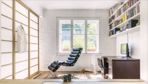 Otevřeně intimní: Vybouráním příčky vytvořili architekti zedvou původních místností jeden velký vzdušný prostor, který lze rozdělit japonskou posuvnou stěnou. Její výplně jsou vyrobené zpergamenu, který nejen skvěle vypadá, ale také propouští domístností světlo.