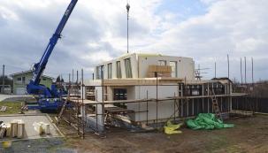 O rychlosti stavby kromě konstrukční technologie a kvality dodavatele rozhoduje i způsob realizace. Kupříkladu takto vypadá dřevostavba  Atrium třetí den montáže...