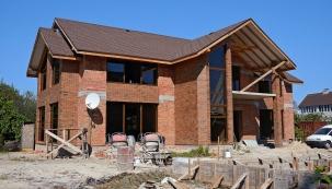 """Ne nadarmo se říká – jaké základy, takový dům. Vpřípadě svépomocných staveb někdy dílčí fáze realizují odlišní dodavatelé apak mohou nastat problémy vesmyslu """"hledá se viník""""."""