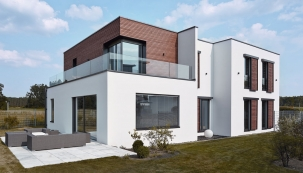 Jestliže se střecha přirovnává kpáté fasádě, pak okna adveře dávají domu tvář. Kromě estetické stránky ale významně ovlivňují energetické zisky aztráty objektu (Schüco).
