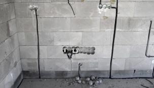 """Krozvedení elektřiny slouží drážky vezdech. Doporučuje se před omítnutím stěny je vyfotografovat či pečlivě zakreslit. Při věšení poliček či obrazů se pak nebudete bát, že se provrtáte """"dodrátů""""."""