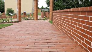 Cihelná dlažba Penter je vhodná pro cesty, příjezdy, terasy, kezpevnění svahů. Vnávaznosti nadům rozšiřuje obytnou plochu atvoří plynulý přechod dozahrady. Pálení hlíny při 1100 °C zaručuje vysokou pevnost,minimální nasákavost dlažby ajejí odolnost proti povětrnostním vlivům. Typicky červené až oranžově hliněné odstíny cihelné dlažby jsou nabízeny vesvětlém, tmavém amelírovém provedení spovrchovou úpravou hladkou, drsnou nebo antique. Dlažba 20 x 10 x 4,5 až 26 x 14 x 5cm může být pokládána jak naplocho, tak navýšku vrůzných variantách napojení. Plochu lze kdykoliv rozložit anově položit, www.wienerberger.cz