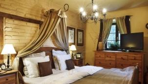 Do ložnice Jitka Kolaříková doporučuje příjemné hřejivé materiály a barvy a také  doplňky, květiny, svíčky a vůně... to vše do ložnice patří.