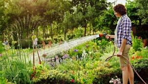 Suchých dní je každý rok víc avíc, takže otázka efektivního zavlažování zahrady nabývá na aktuálnosti. Sklasickou konví zde nevystačíte aruční zálivka hadicí je časově náročná aneúsporná.