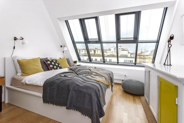 Propojit – to byl koncept ložnice. Designérka hledala zajímavé avýrazné prvky, např. skříň akomodu. Kombinace snočními stolky zpředchozího bytu se povedla.