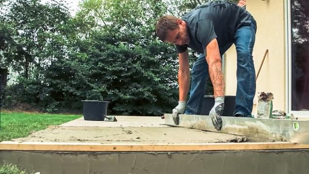 Nejprve je nutné vytvořit betonovou podkladovou desku. Měla by být mírně vyspádovaná směrem od domu, aby od něj voda odtékala do zahrady, ideálně 2-5 procent. (HORNBACH)