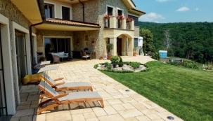 Bez terasy by rodinný dům nebyl úplný. To samé platí i o chatách a chalupách. Líbí se vám kamenné terasy a chodníčky, které znáte z dovolených v Chorvatsku či Řecku? Můžete si podobné udělat vlastníma rukama. Hodit se budou třeba ke starším domům na venkově. (HORNBACH)