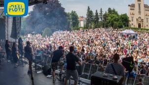Velkolepě oslavit kulaté narozeniny originálního festivalu Mezi ploty, který se v areálu Psychiatrické nemocnice Bohnice koná 27. a 28. května, přijede řada skutečných hvězd českého i slovenského uměleckého nebe. Celkem na 14 scénách rozesetých po mnohahektarovém parku vystoupí asi 120 účinkujících, reprezentujících paletu hudebních a divadelních žánrů – od rocku a popu po ska, hip hop a electro swing, od činohry po nový cirkus a stand up comedy.