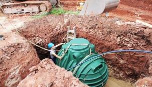 Ke shromažďování a uchovávání dešťové vody je ideální použít podzemní nádrže, které zajišťují stabilní teplotu vody, bez přístupu světla a tím nedochází ke zkáze vody. Instalují se do nezámrzné hloubky, což umožňuje prakticky celoroční využívání dešťové vody. Kvalitní plastové nádrže mají velkou výhodu z hlediska manipulace a rychlosti montáže. (Nicoll.cz)