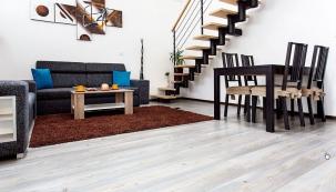 Dům je plně elektrifikovaný a hlavním zdrojem vytápění jsou elektrické podlahové kabely ECOFLOOR, položené pod dlažbou v betonové mazanině, pod laminátovou podlahou v obývacím pokoji je vytápění zajištěné topnými fóliemi ECOFILM.