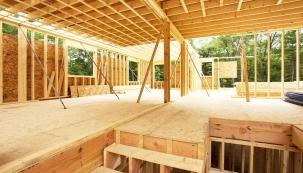 Jednou z výhod dřevostaveb s minerální izolací URSA PUREONE je vyšší rychlost výstavby bez nutnosti významných technologických přestávek.