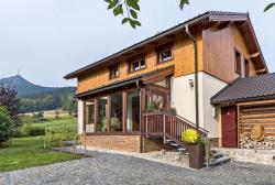 Dům vybudovaný vhorském stylu dokonale zapadá dokrajiny.