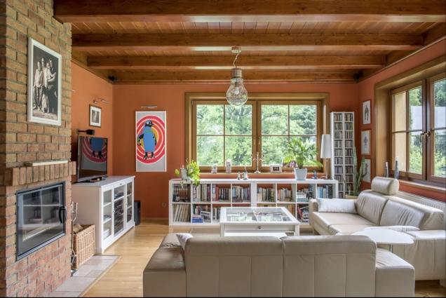 Bílý nábytek pořízený vIkea doplňuje kožená sedací souprava zobchodního domu Kika. Cihlový krb je pro rodinu příjemným zimním společníkem.