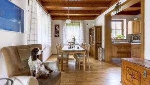 Obývací pokoj volně navazuje najídelnu skuchyní, jež jsou oproti němu laděné dodřeva.