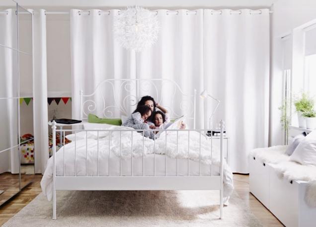 Romantické poležení nabízí bíle lakovaný kovový rám postele Leirvik, pro matraci 160 x 200cm, www.ikea.cz